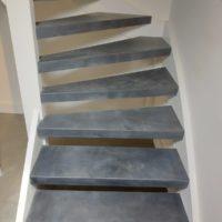 Open trap rondom bekleed met antraciet grijs leer.